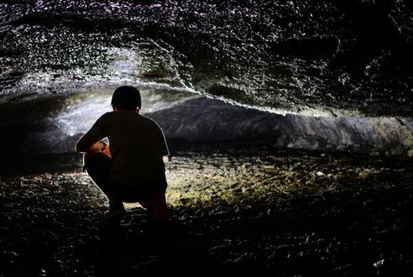 spéléologue tunnel de lave